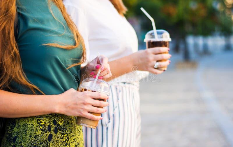 Dziewczyny ma filiżankę kawy outdoors zdjęcie royalty free