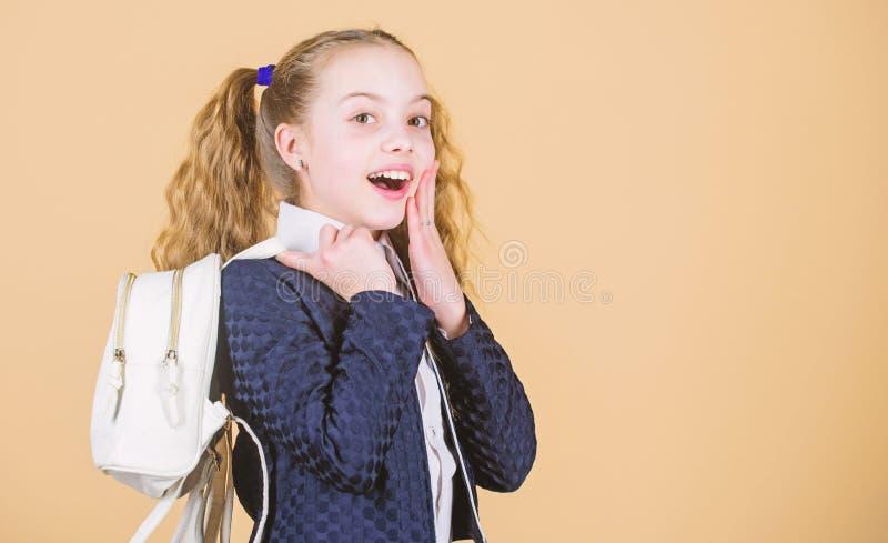 Dziewczyny ma?y modny cutie niesie plecaka Popularny po?ytecznie mody akcesorium Uczennic ponytails fryzura z fotografia royalty free