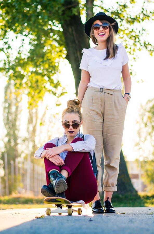 Dziewczyny ma zabawę z deskorolka w parku zdjęcie stock