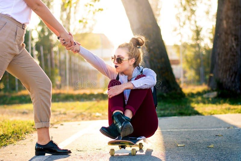 Dziewczyny ma zabawę z deskorolka w parku obrazy royalty free