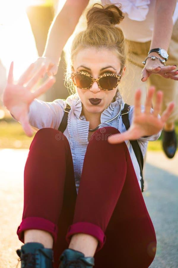 Dziewczyny ma zabawę z deskorolka w parku zdjęcie royalty free