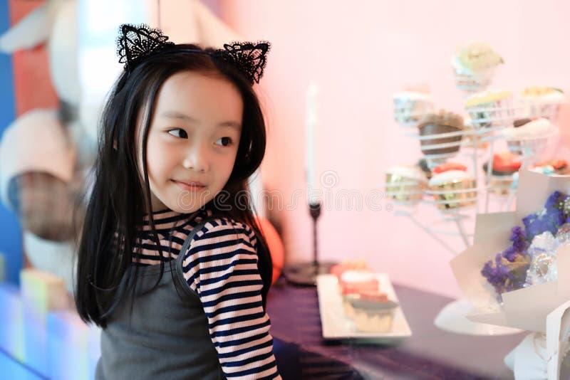 Dziewczyny Marudny patrzeje sklepowy nadokienny pokaz obrazy royalty free