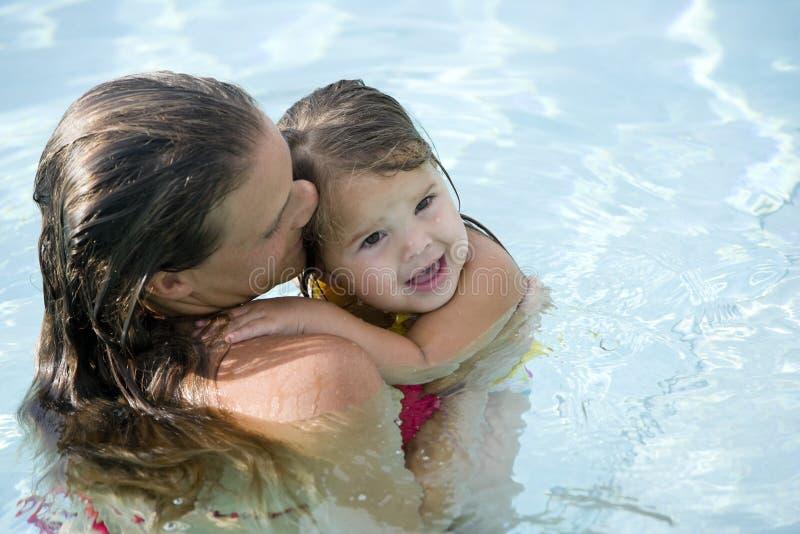 dziewczyny matki basenu pływaccy potomstwa obrazy stock