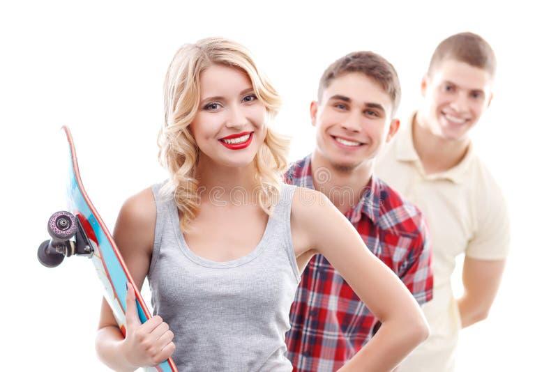 Dziewczyny mienia łyżwy deska z przyjaciółmi obraz stock