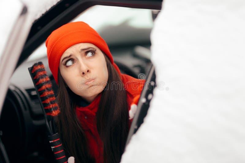 Dziewczyny mienia Śnieżna Szczotkarska cyklina Gotowa Czyścić samochód zdjęcia royalty free