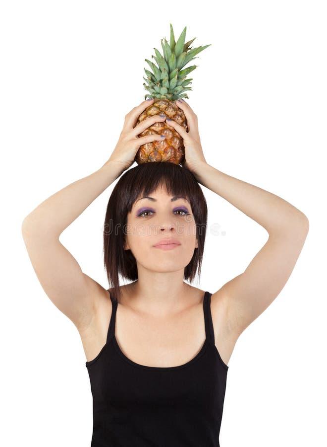 Dziewczyny mienia ananas nad jego głową fotografia stock