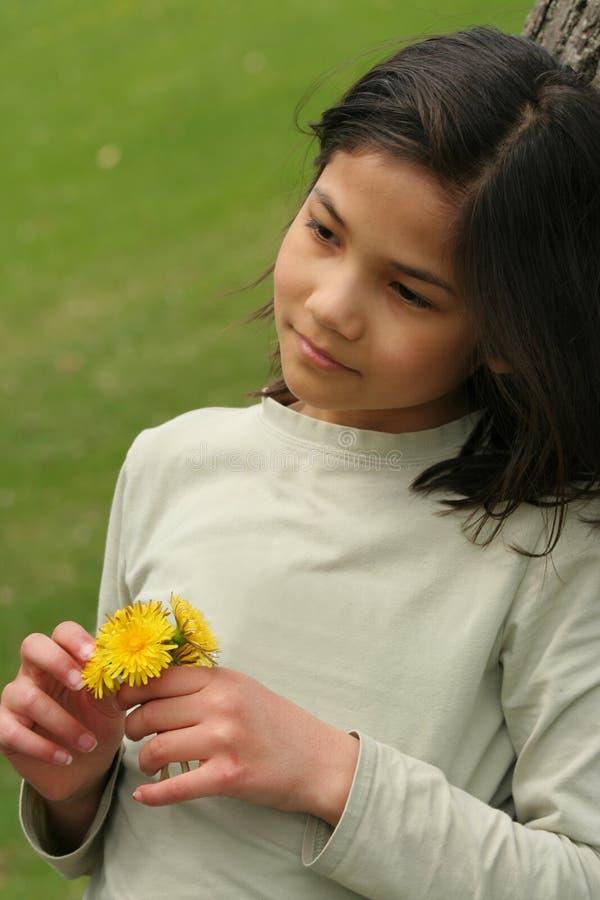 Dziewczyny mienia dandelions z smutnym wyrażeniem zdjęcie stock