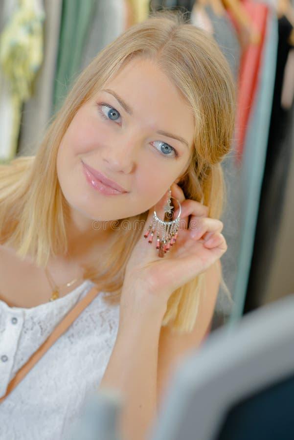 Dziewczyny mienia kolczyk ucho obrazy royalty free