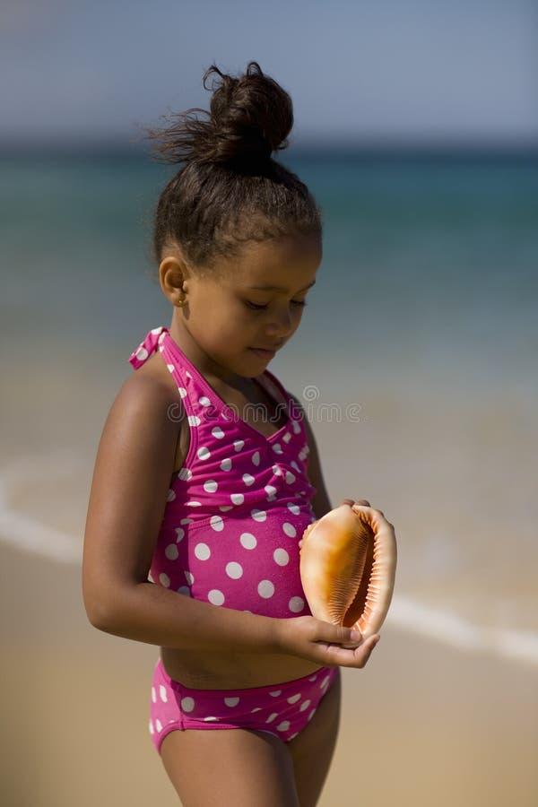 Dziewczyny mienia konchy skorupa zdjęcie stock