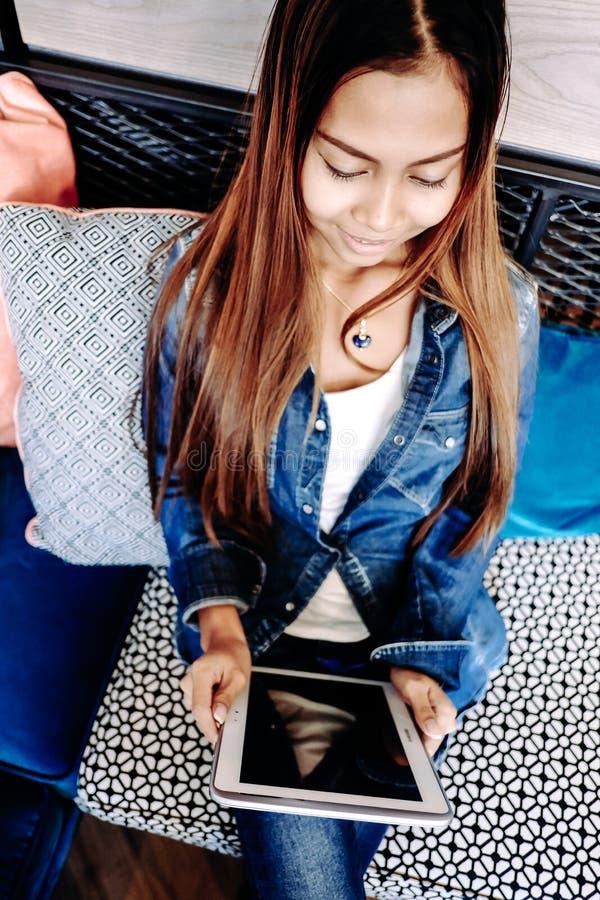 Dziewczyny mienia pastylki komputer w jej ręce fotografia stock