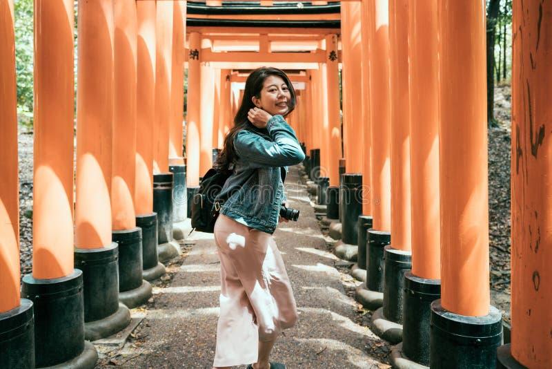 Dziewczyny mienia turystyczna kamera odwiedza inari świątynię fotografia stock