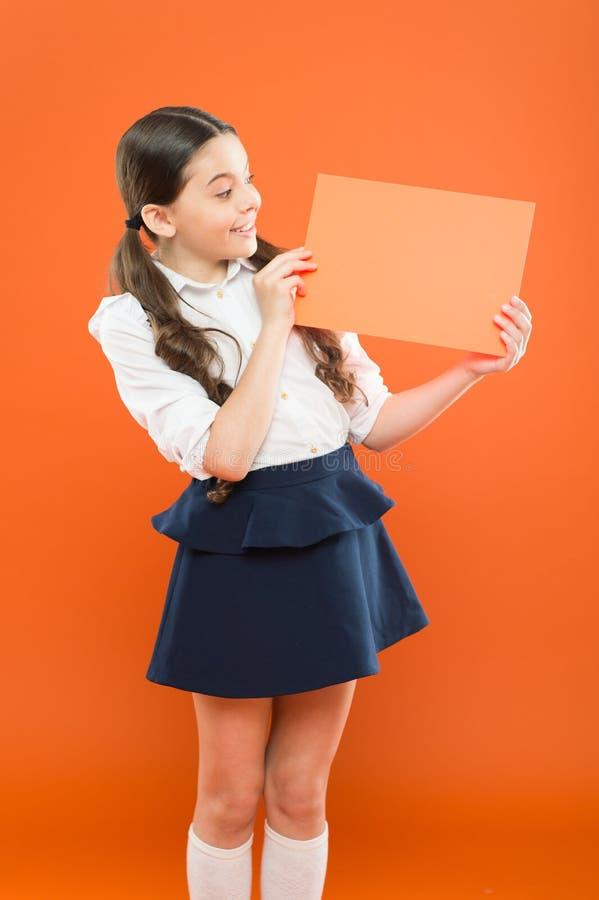 Dziewczyny mienia zawiadomienie Przygotowywa dla szkolnych sezonu zakupu dostaw materia?y odziewa w post?pie Mundurek szkolny for zdjęcia royalty free