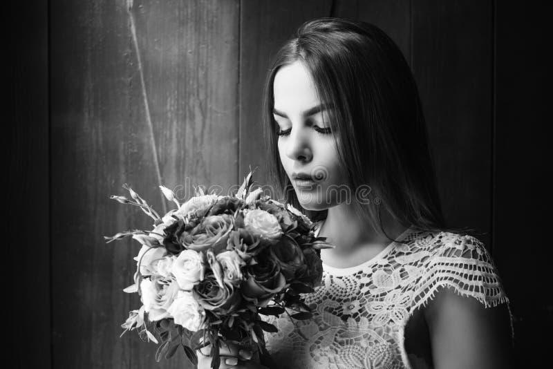 Dziewczyny mienie kwitnie w rękach, panna młoda w biel sukni mienia ślubnym bukiecie, bukiet panna młoda od różanej kremowej kiśc obraz royalty free