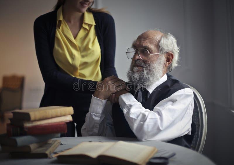 Dziewczyny mienie starzał się mężczyzna ` s ręki fotografia stock