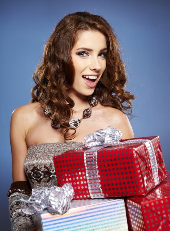 Dziewczyny mienie uśmiechy i prezent fotografia stock