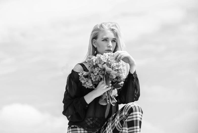 Dziewczyny mody model niesie hortensja kwiaty Wiosna ?wie?y bukiet Ogrodnictwa i botaniki poj?cie Kwiaty sk?adaj? wiosn? obraz stock