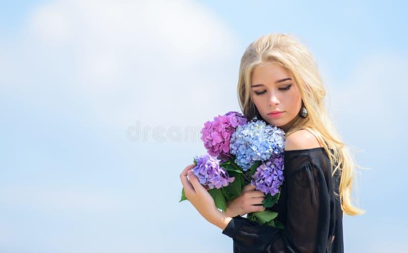 Dziewczyny mody model niesie hortensja kwiaty Wiosna ?wie?y bukiet Kwiaty sk?adaj? wiosny wo? Bukiet dla fotografia royalty free