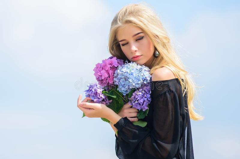 Dziewczyny mody modela chwyta czu?a hortensja kwitnie bukiet Spotkanie wiosna z ?wie?ym bukietem Kwiaty sk?adaj? wo? zdjęcie stock