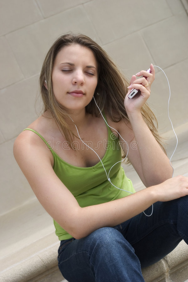 Download Dziewczyny muzyki obraz stock. Obraz złożonej z piękno - 134723