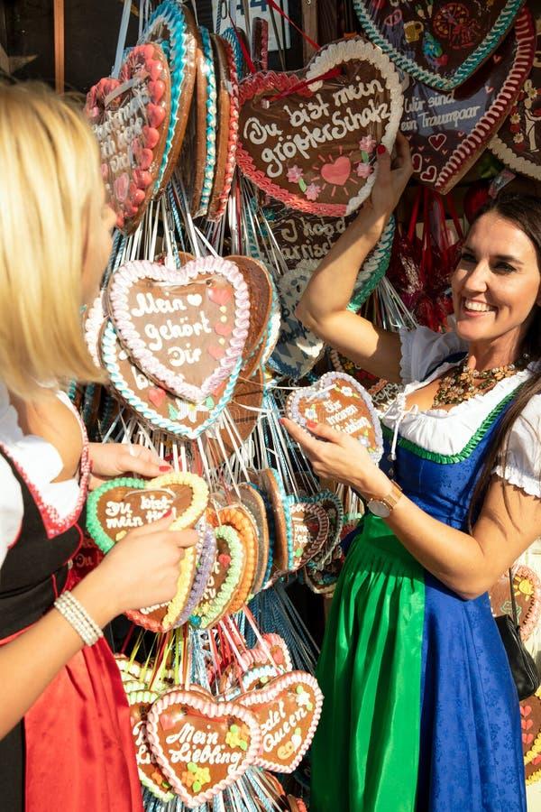 Dziewczyny na oktoberfest rudny springfestival zdjęcia royalty free