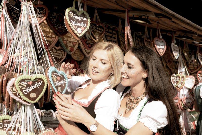 Dziewczyny na oktoberfest rudny springfestival zdjęcia stock