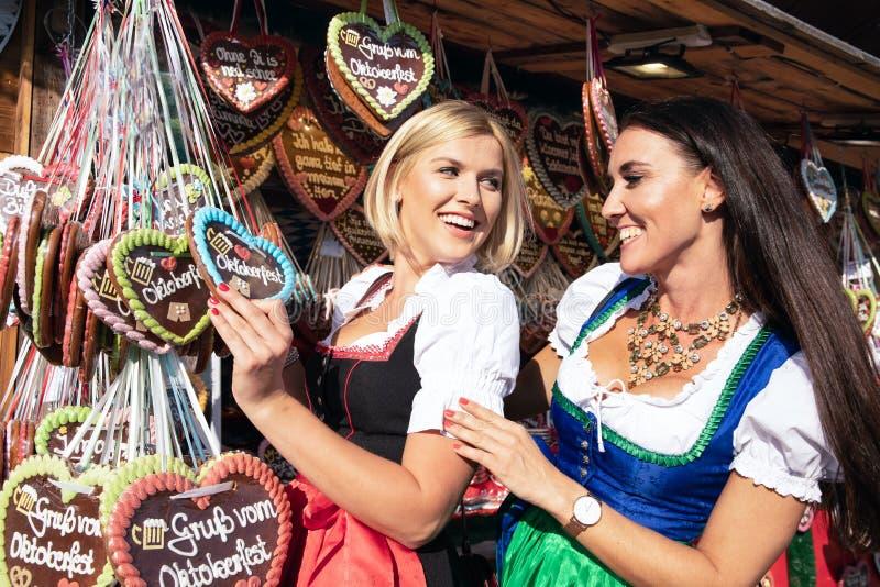 Dziewczyny na oktoberfest rudny springfestival zdjęcie stock