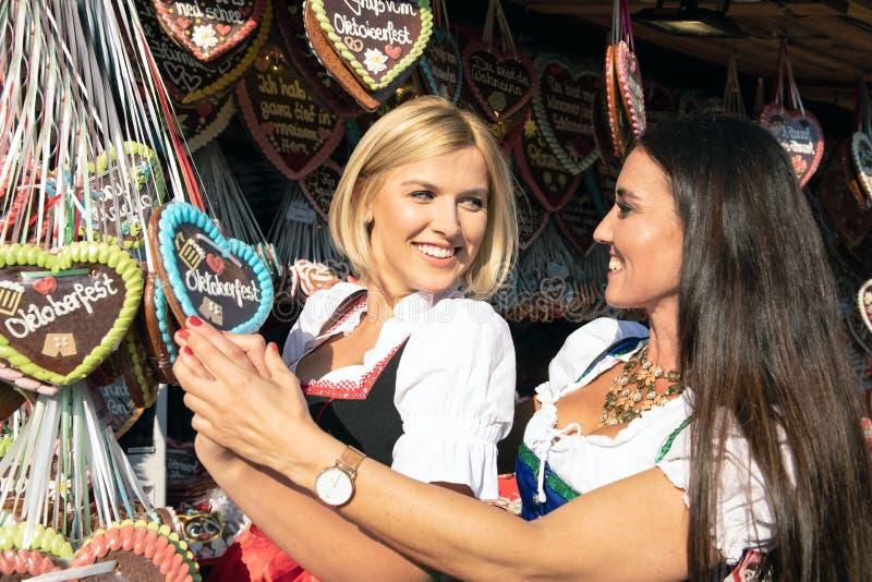 Dziewczyny na oktoberfest rudny springfestival obraz royalty free