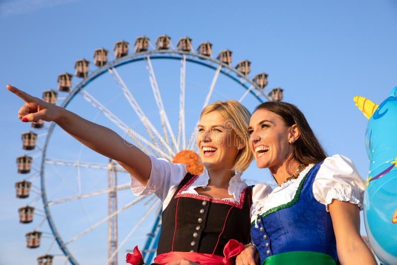 Dziewczyny na oktoberfest rudny springfestival fotografia stock