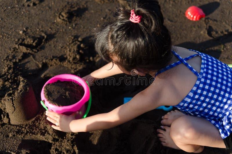 dziewczyny na plaży grać zdjęcia stock