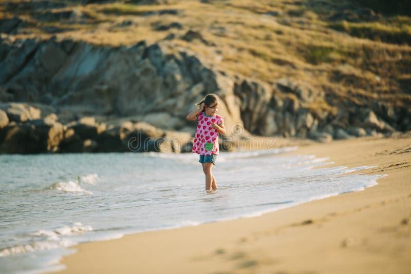 dziewczyny na plaży grać obrazy stock