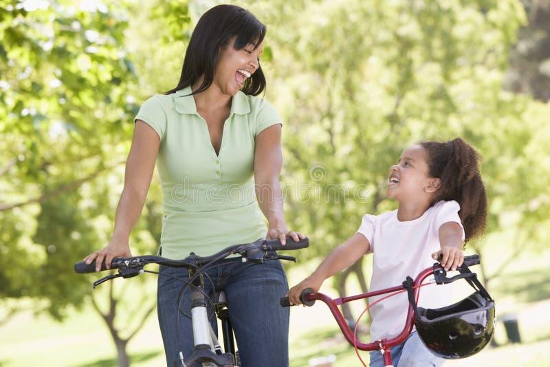 dziewczyny na rowerze na zewnątrz uśmiech młodych kobiet zdjęcie royalty free