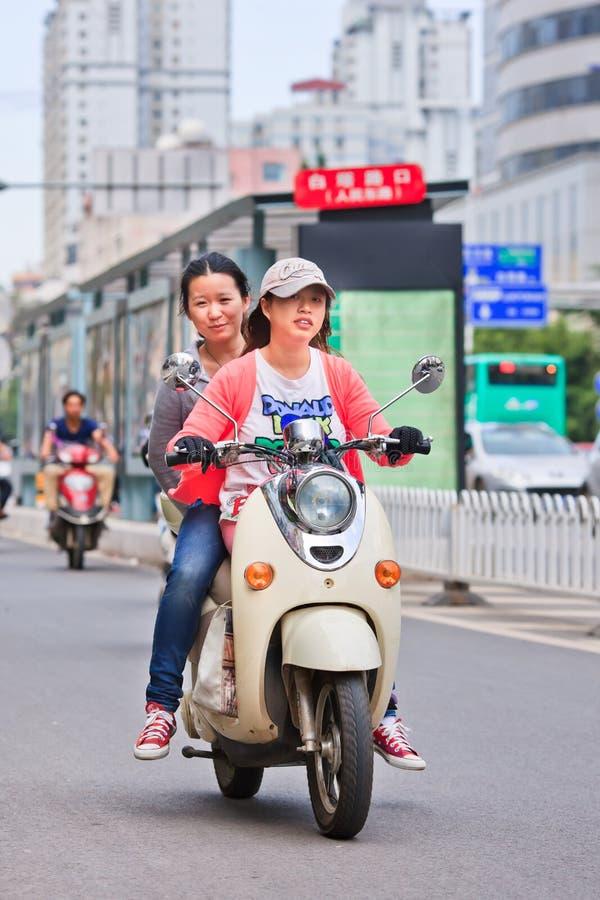Dziewczyny na rowerze w centrum miasta, Kunming, Chiny zdjęcia stock