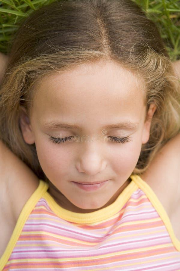 dziewczyny na trawę leżącego young fotografia royalty free