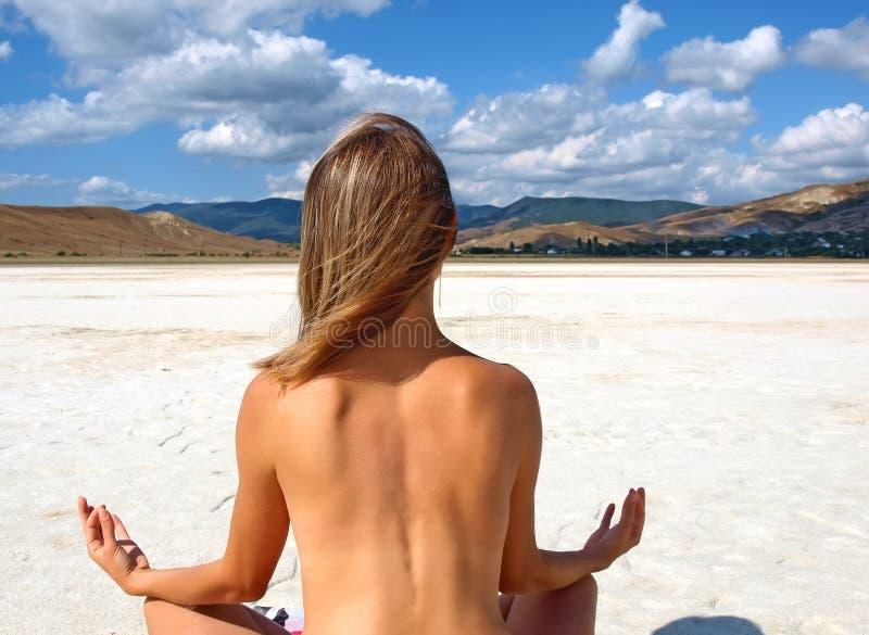dziewczyny obsiadanie jeziorny nagi solankowy obrazy stock