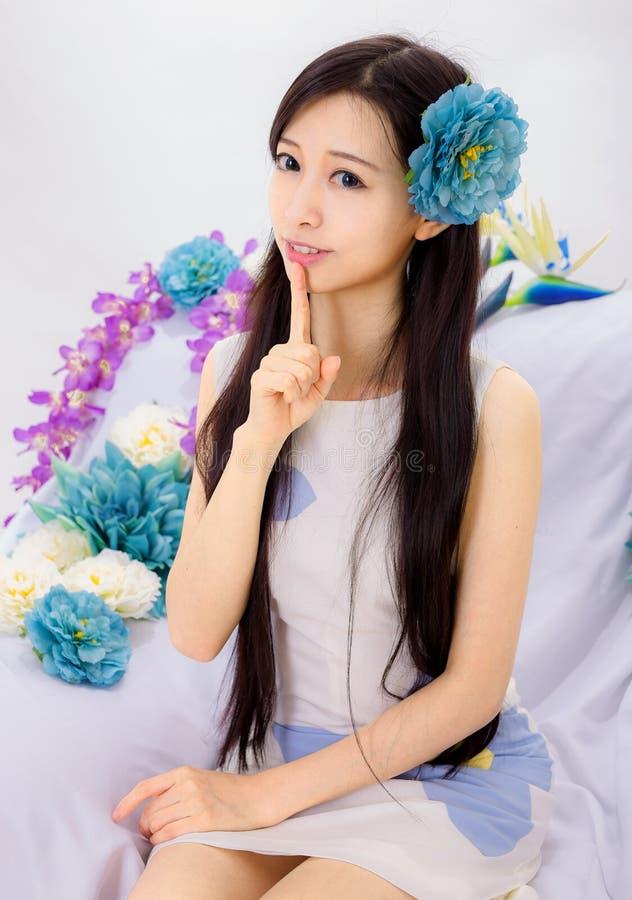 Dziewczyny obsiadanie na kwiat kanapie zdjęcie royalty free