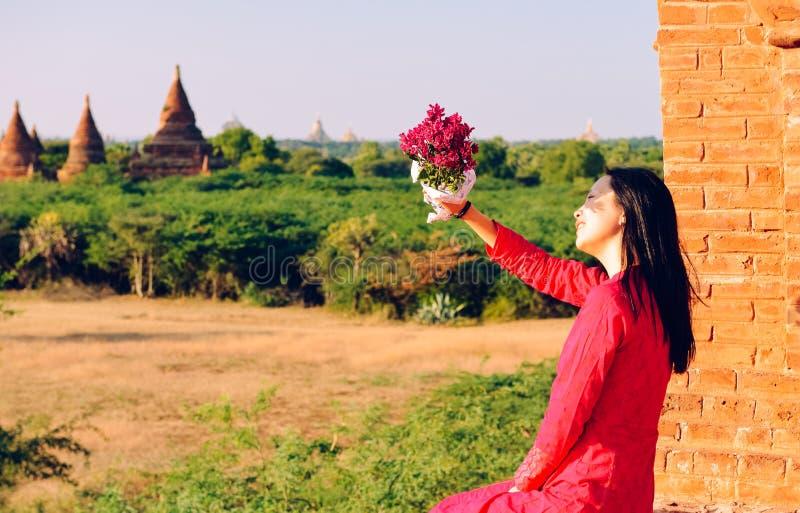 Dziewczyny obsiadanie na Myanmar pagodzie, patrzeje daleko od zdjęcia stock