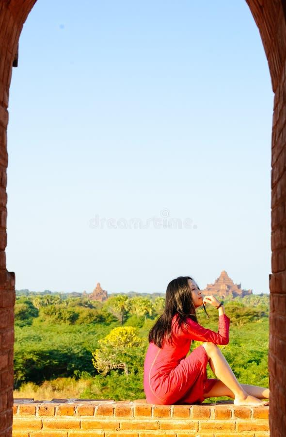 Dziewczyny obsiadanie na Myanmar pagodzie, patrzeje daleko od obrazy royalty free
