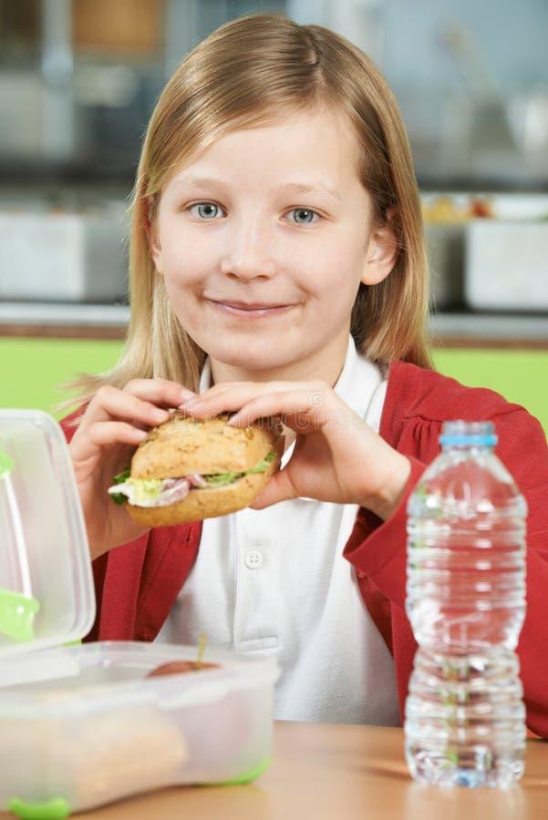 Dziewczyny obsiadanie Przy stołem W Szkolnym bufecie Je Zdrowy Upakowanego obraz royalty free