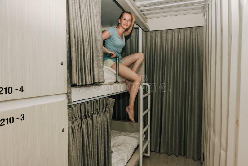 Dziewczyny obsiadanie w eleganckiej schronisko sypialni zdjęcia stock