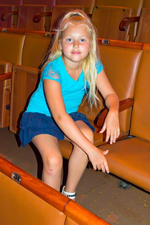 Dziewczyny obsiadanie w teatru audytorium obraz stock