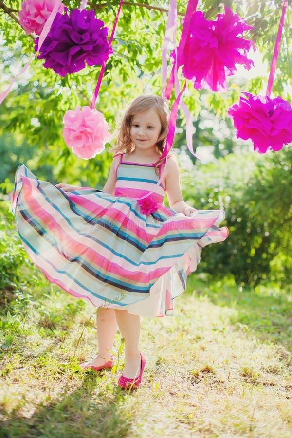 Dziewczyny odświętności urodziny w parku fotografia stock