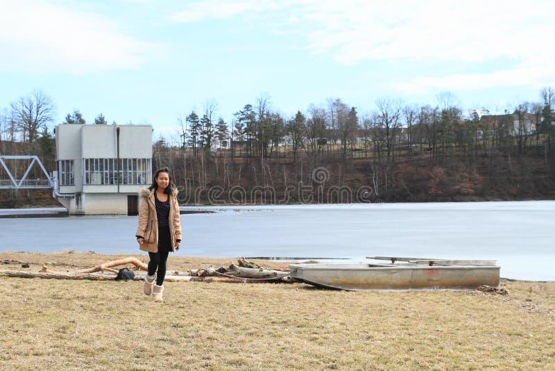 Dziewczyny odprowadzenie od zamarzniętego jeziora zdjęcie royalty free
