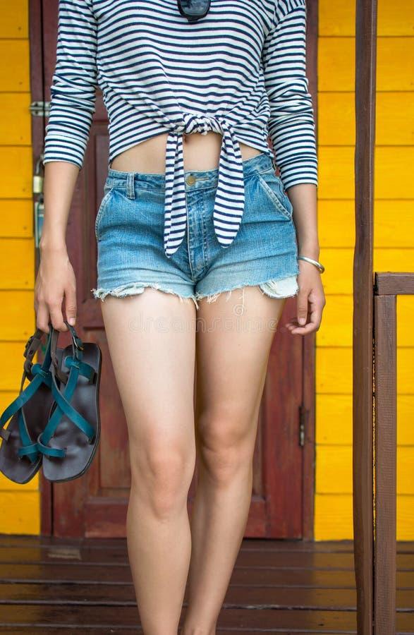 Dziewczyny odprowadzenie z plażowego domu obrazy royalty free