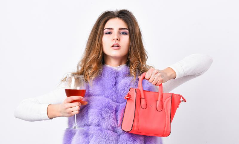 Dziewczyny odzieży mody futerkowa kamizelka podczas gdy pozujący z torbą Luksusowego sklepu pojęcie Elita moda odziewa Dama lubi  zdjęcie stock