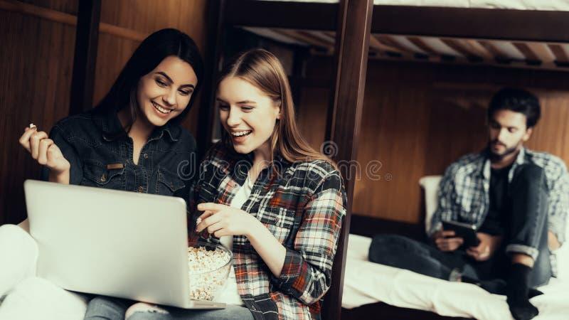 Dziewczyny ogląda film i je popkorn Wpólnie obraz royalty free