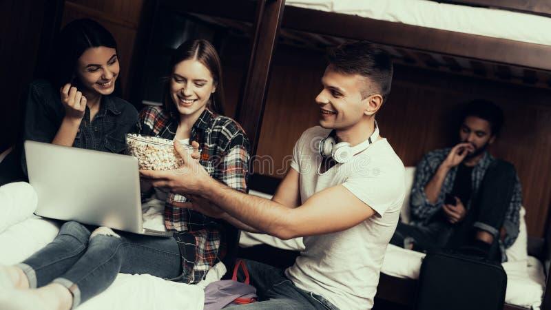 Dziewczyny ogląda film i mężczyzny przyniesionego popkorn obrazy royalty free