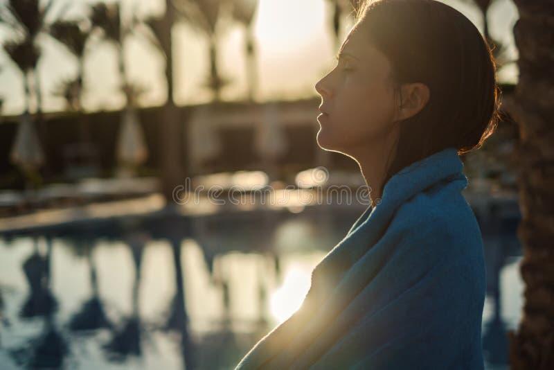 Dziewczyny osuszka z ręcznikiem basenem zdjęcia royalty free