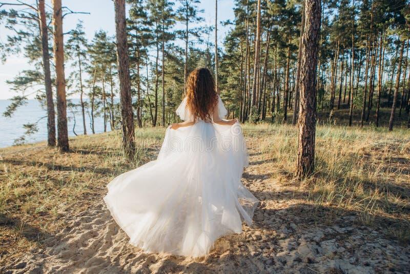 Dziewczyny panna młoda przegapia morze biega piasków drzewa fotografia stock
