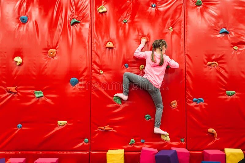 Dziewczyny pięcie na ścianie w przyciągania boisku zdjęcie royalty free