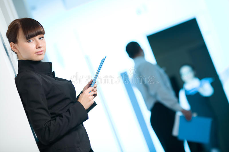dziewczyny piękna czarny błękitny skoroszytowa kurtka zdjęcie royalty free